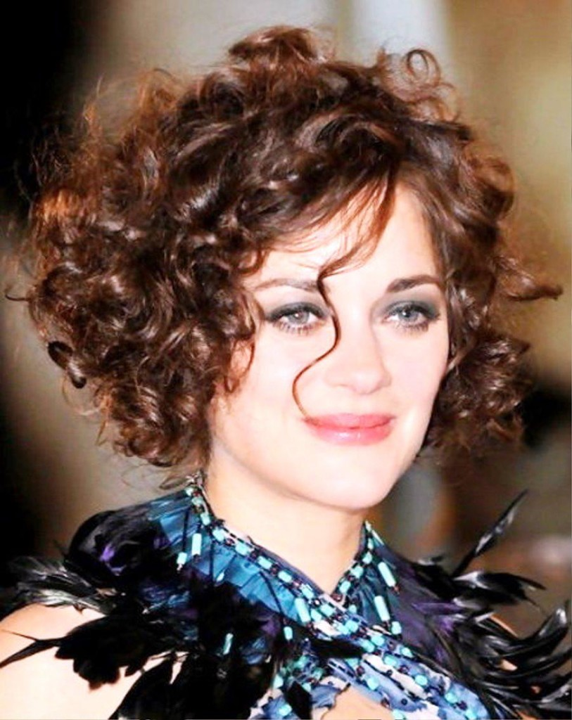 curly-hairstyle-with-bangs-29
