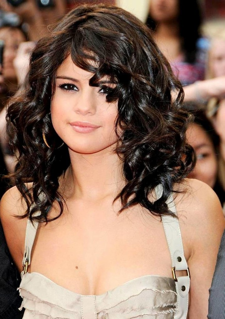 hairstyles-for-short-curly-hair-with-bangs-18
