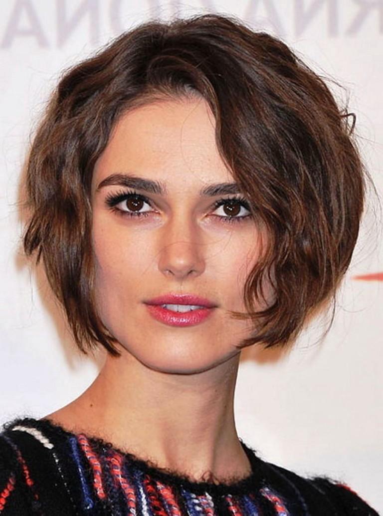 Модные стрижки для треугольного типа лица на средние волосы