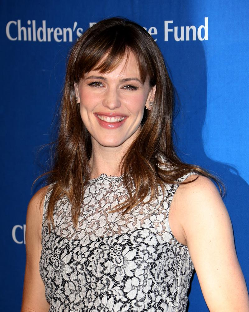 jennifer-garner-hairstyles-with-bangs-23