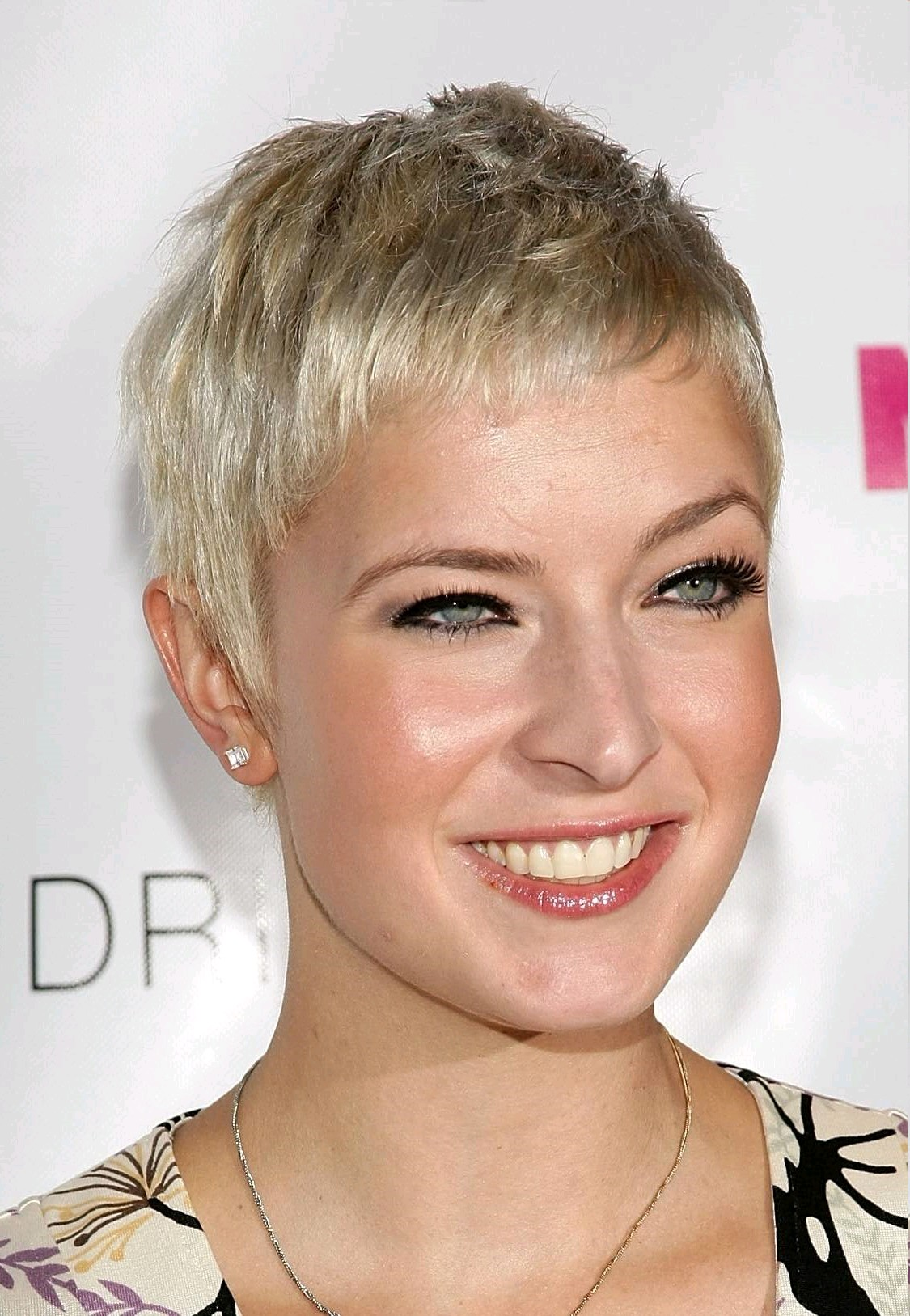 short natural hairstyles for round faces photo - 9